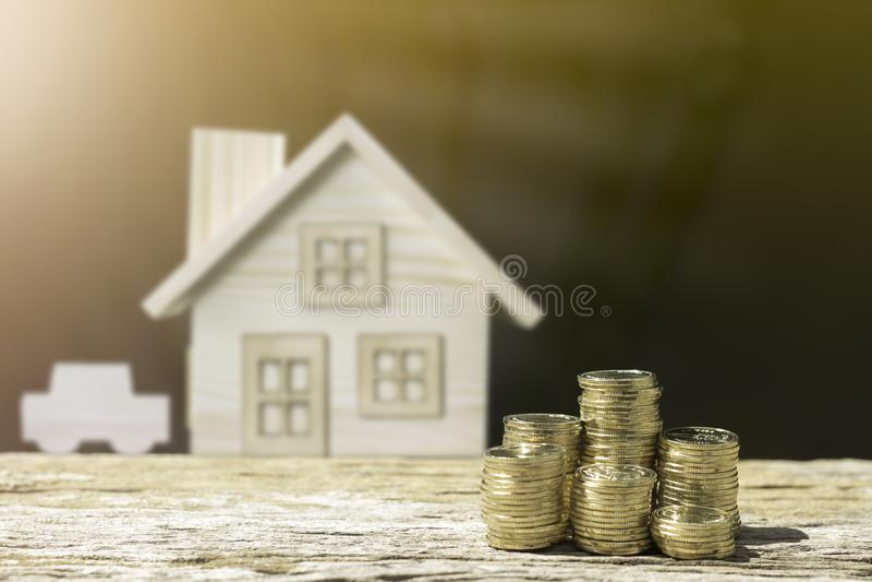 硬币和房子迷离背景显示储款金钱 免版税库存照片