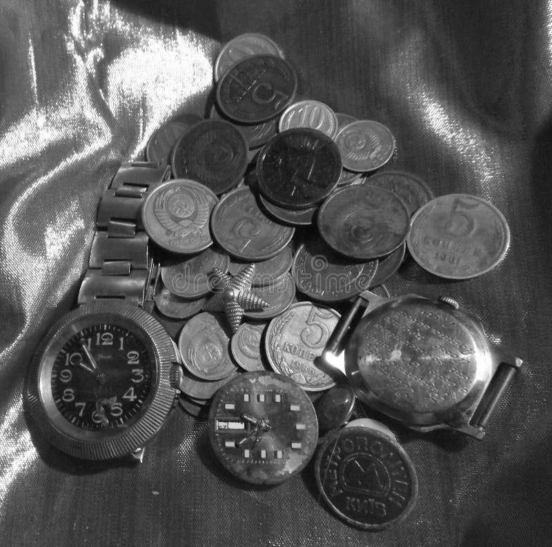 硬币和手表 免版税库存照片
