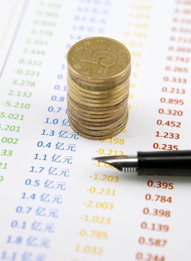 硬币和笔在帐户 免版税图库摄影