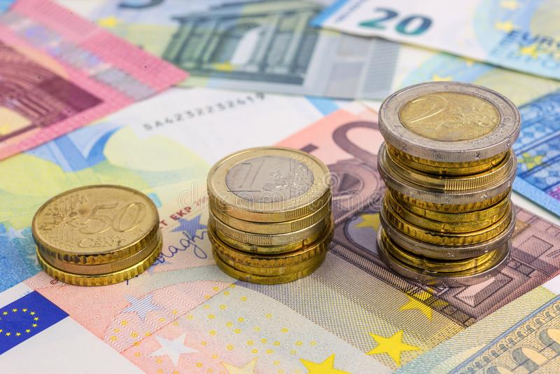 硬币在欧洲钞票绘制 免版税库存图片