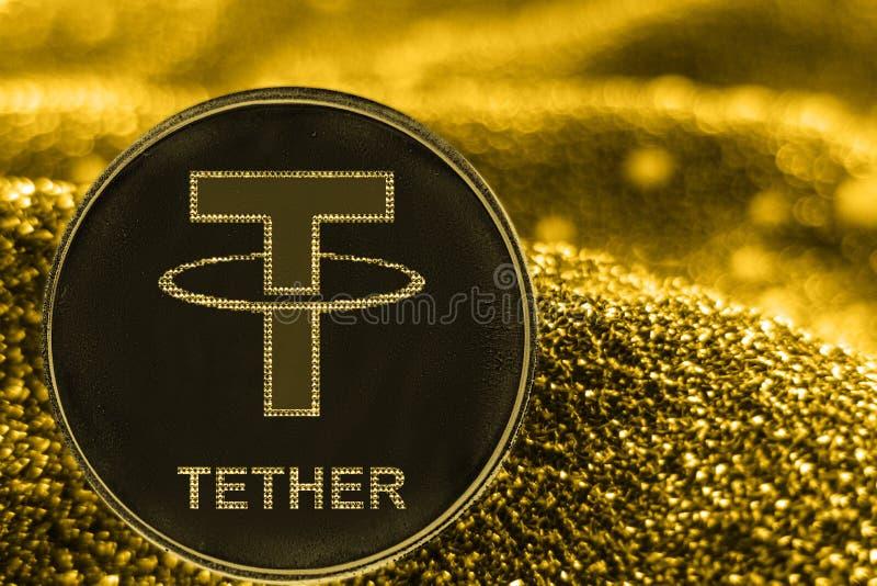 硬币在金黄背景的cryptocurrency界限 USDT象征 库存图片