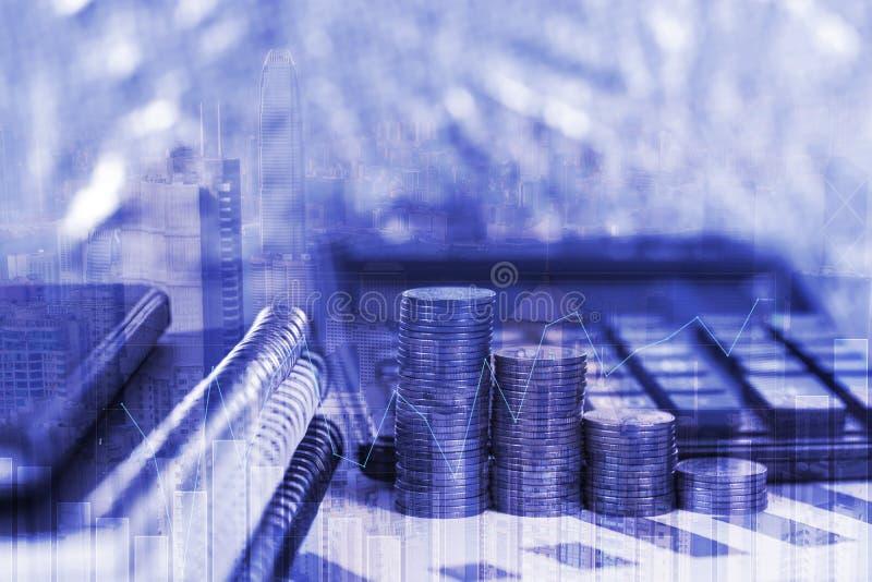 硬币堆两次曝光和财政座标图纸覆盖wi 免版税图库摄影