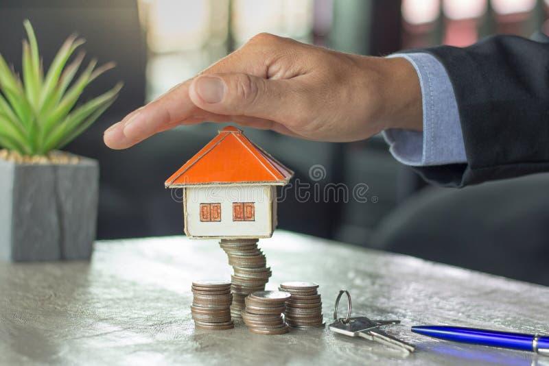 硬币堆的家,物产投资和房子抵押fina 免版税库存照片