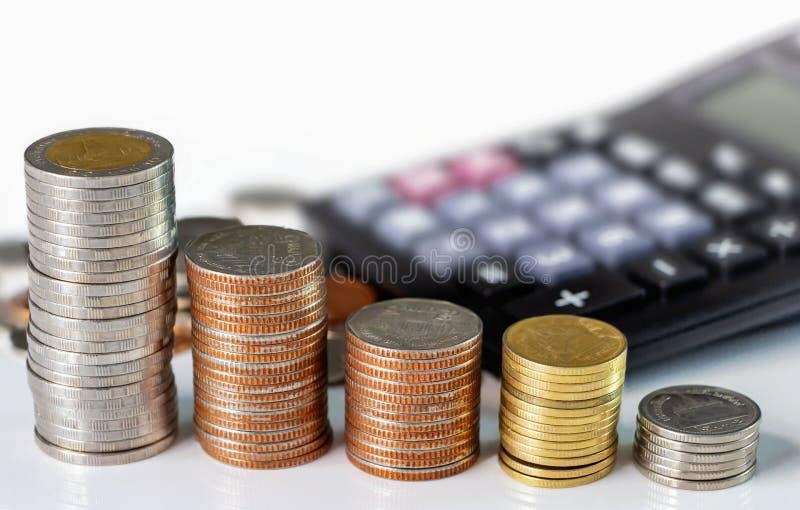 硬币堆积与在白色背景的一个计算器 企业成长,财政或者金钱储款的概念,与拷贝空间为 库存照片