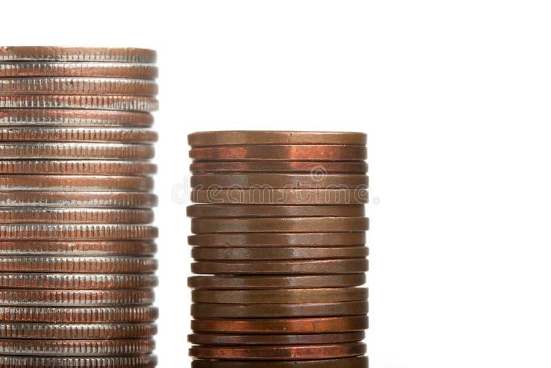 硬币斜向一边空白堆的qurters 免版税库存照片