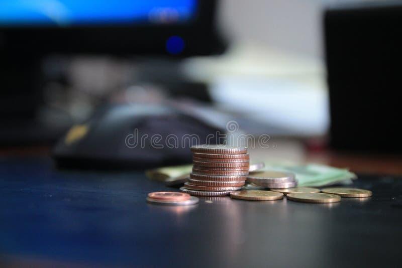 硬币是一张图表在白色背景中 企业想法增加一个专栏到您的储款 企业银行业务概念想法 金钱泰国 免版税库存图片