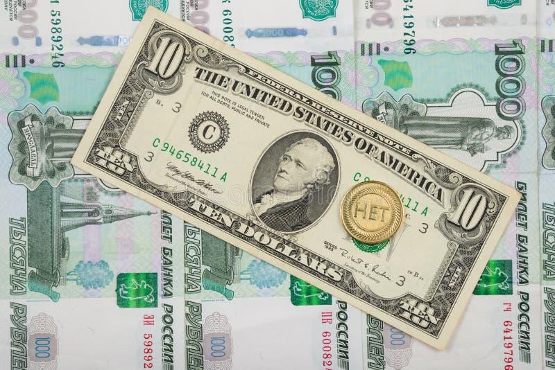硬币是题写的在堆说谎一千俄国钞票十美元的钞票  图库摄影