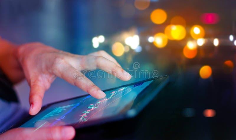 硬币舍去图形市场铅笔红色snd股票上升 使用移动设备的商人检查市场数据和货币汇率 库存图片