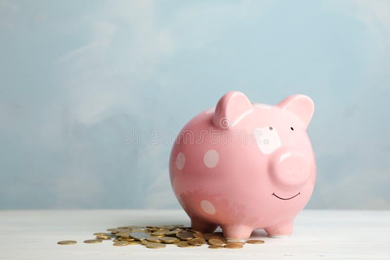 硬币逗人喜爱的存钱罐和堆  库存图片