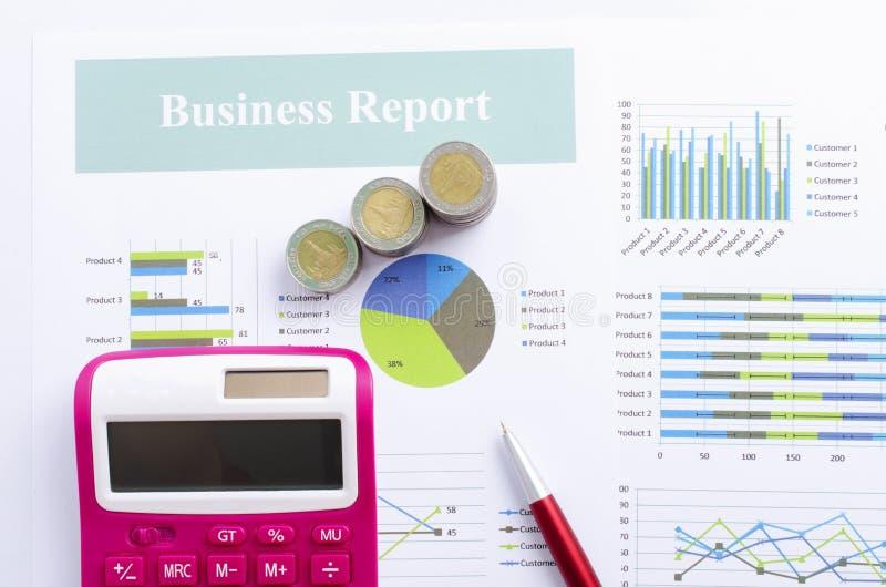 硬币金钱和桃红色计算器和红色笔有商业文件上面报告背景 库存图片