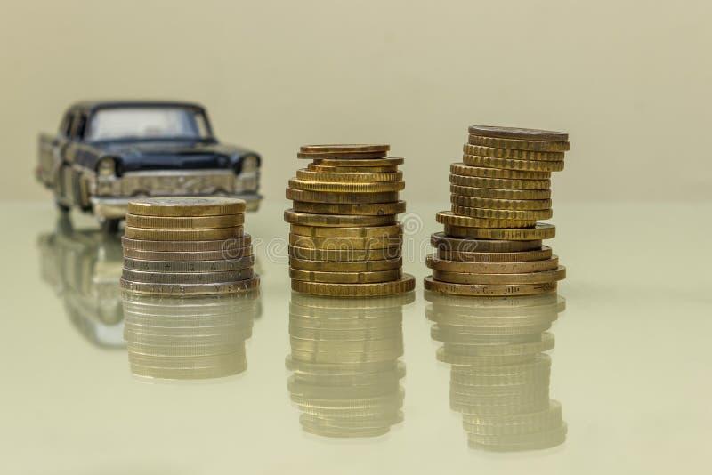 硬币,在汽车的背景的金钱反射性表面上的 投资企业概念 免版税图库摄影