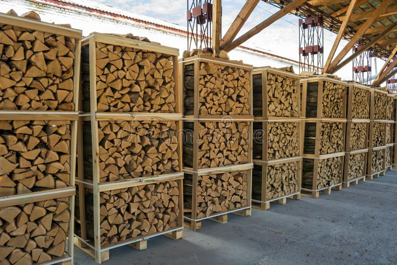 硬木木柴在为出口准备的药丸折叠了 免版税库存图片