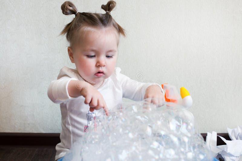 1.8硬盘驱动器 五岁的女孩参与家务,学习与泡沫,化工化学的一个水池 家庭惯例,危险 免版税库存图片