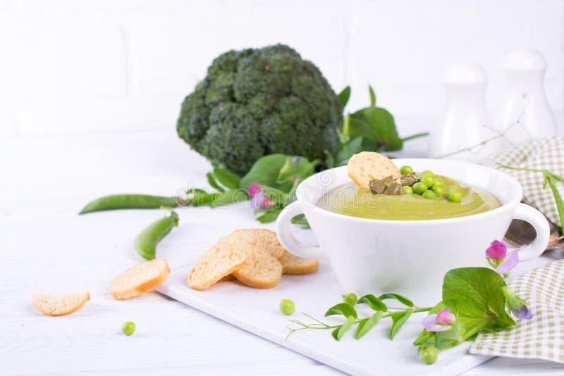 硬花甘蓝和绿豆素食绿色奶油色汤在碗 在白色 免版税库存照片