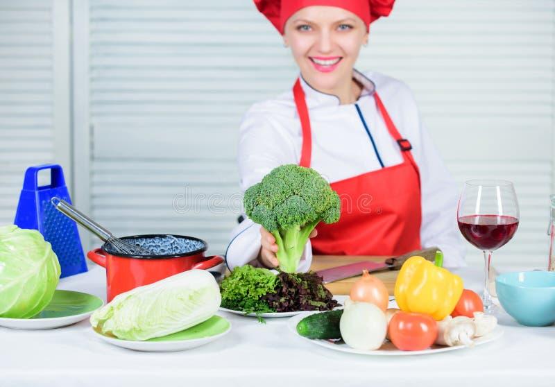 硬花甘蓝营养价值 未加工的食物的饮食 妇女专业厨师举行未加工的硬花甘蓝菜 自由的健康素食主义者 库存照片