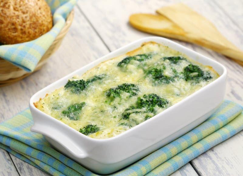 硬花甘蓝,烘烤用干酪和鸡蛋 库存图片