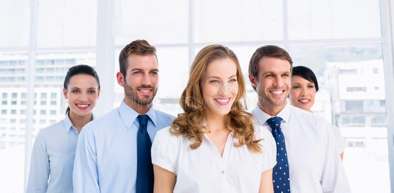确信和愉快的企业队一起在办公室 库存图片