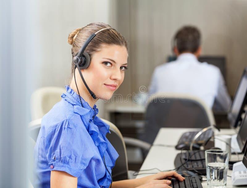 确信客户服务代表佩带 免版税图库摄影