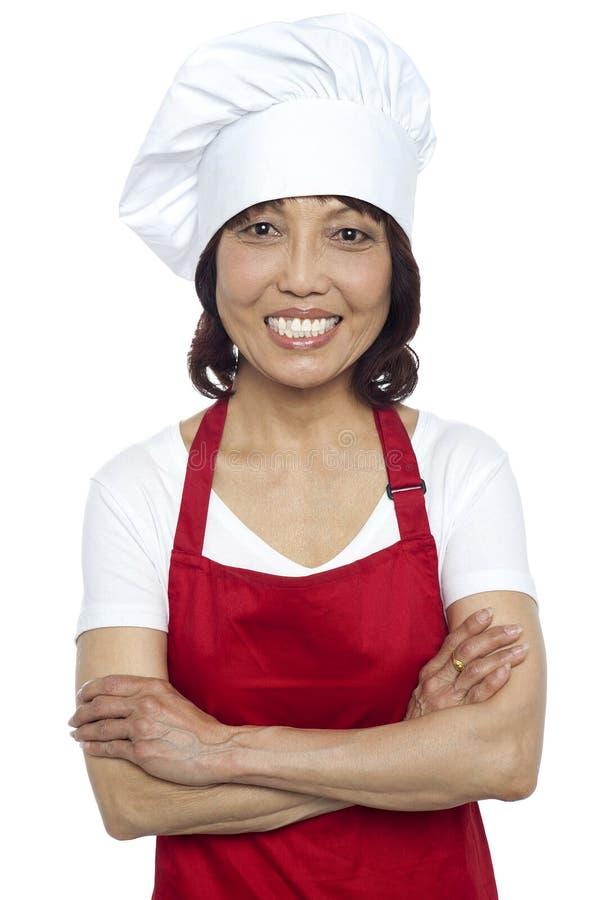 确信微笑的主厨摆在 免版税库存图片
