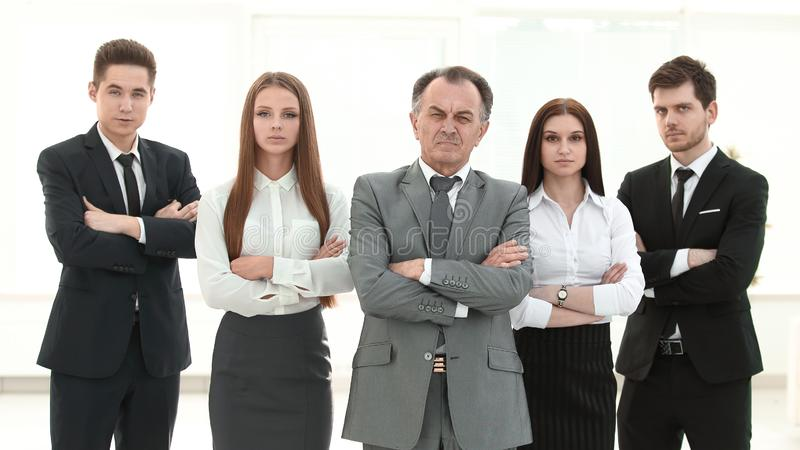 ?? 确信的企业队画象  在办公室背景 图库摄影
