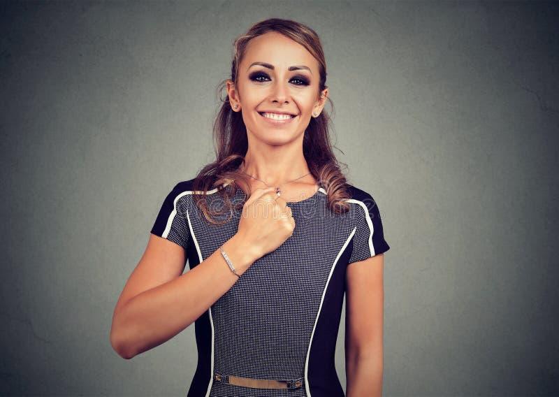 确信的勇敢的年轻愉快的妇女 免版税库存照片