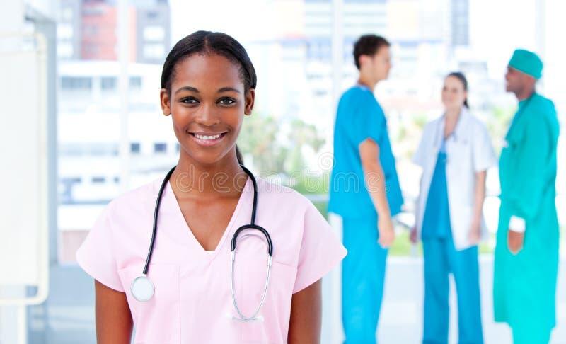 确信的医生女性她的常设小组 免版税库存图片