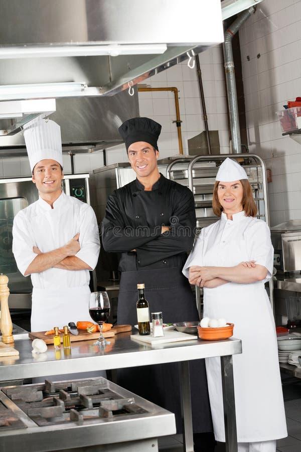确信的厨师队在工业厨房里 图库摄影