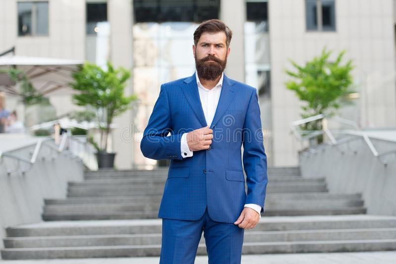 确信的商人 E 商人总经理 百万富翁 时尚衣服的帅哥 ?? 图库摄影