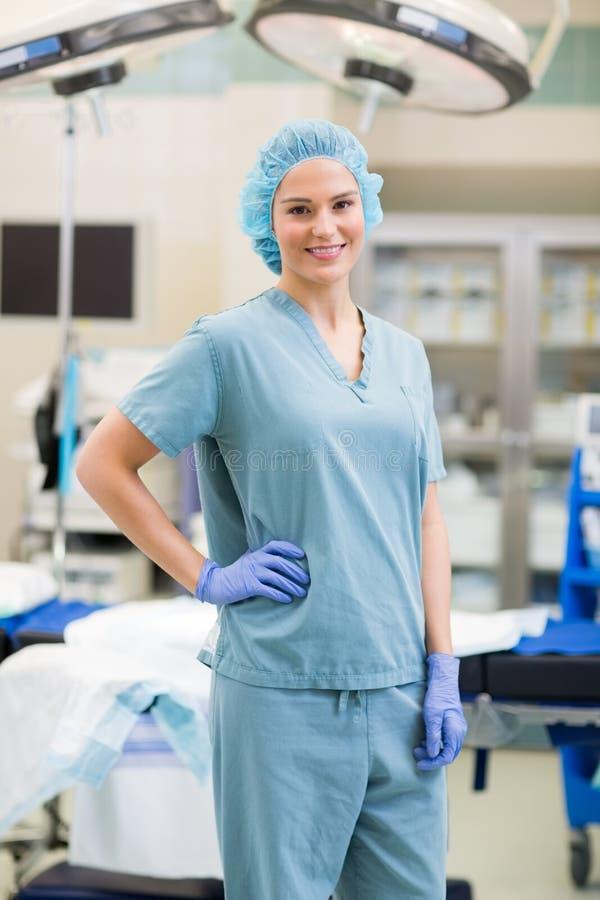 确信的外科医生用在臀部的手 库存图片
