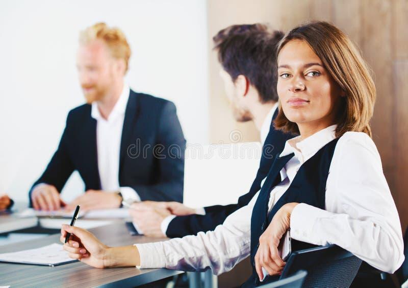 确信的女实业家在业务会议期间 库存照片