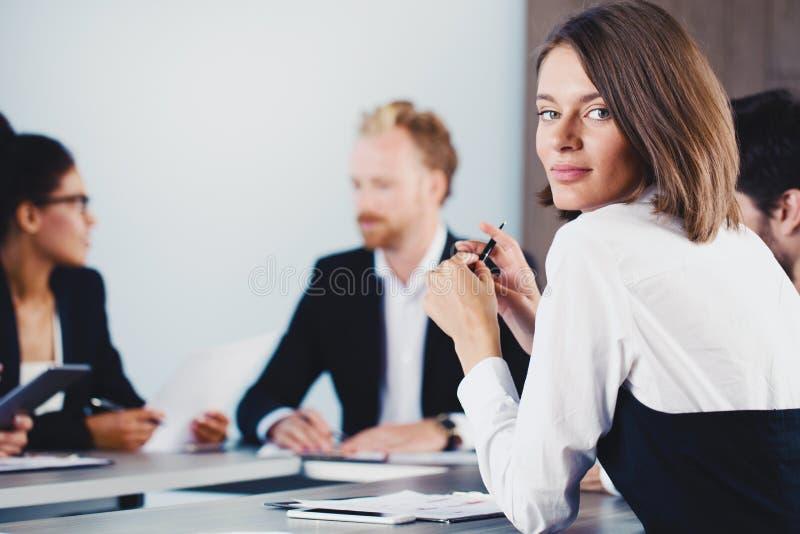 确信的女实业家在业务会议期间 免版税库存图片