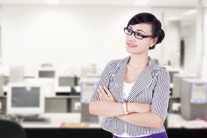确信的女实业家在办公室 库存图片