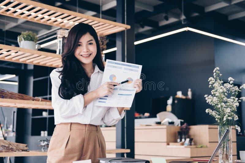 确信的女实业家显示分析会计市场图a 库存图片