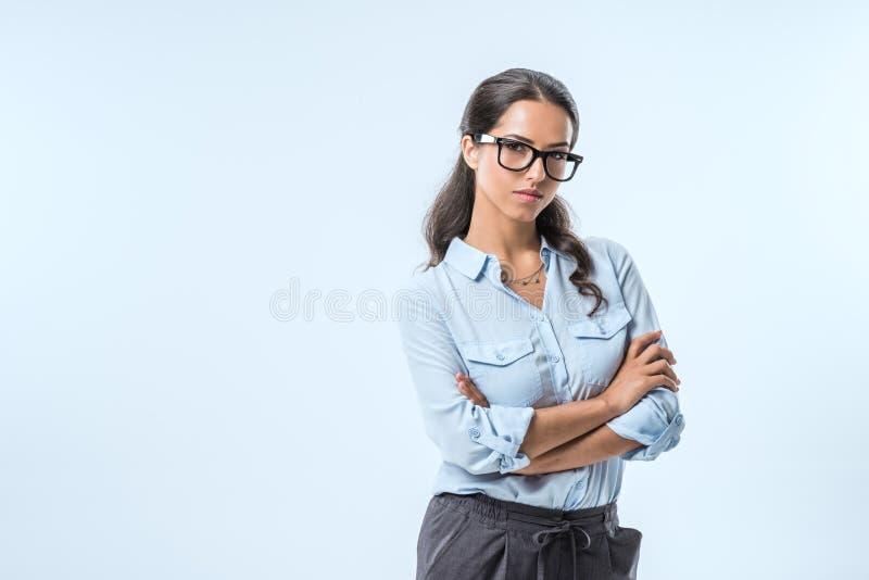 确信的女实业家画象有胳膊的横渡了看照相机 免版税图库摄影