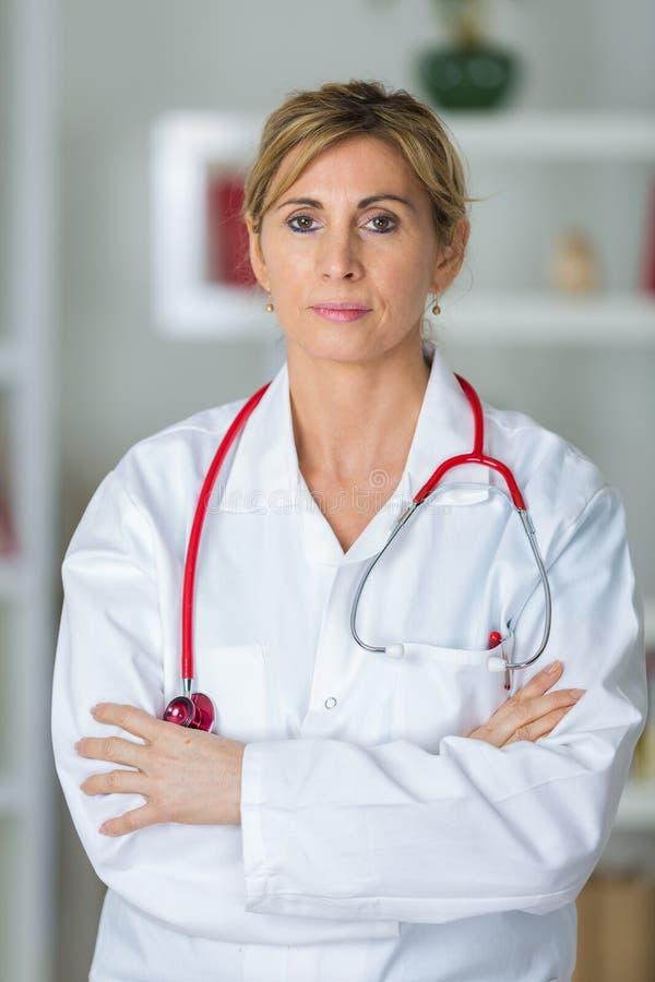 确信的女性医生With Arms Crossed 免版税库存图片