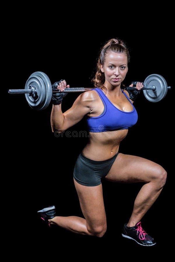 确信的女性爱好健美者举的crossfit 库存图片