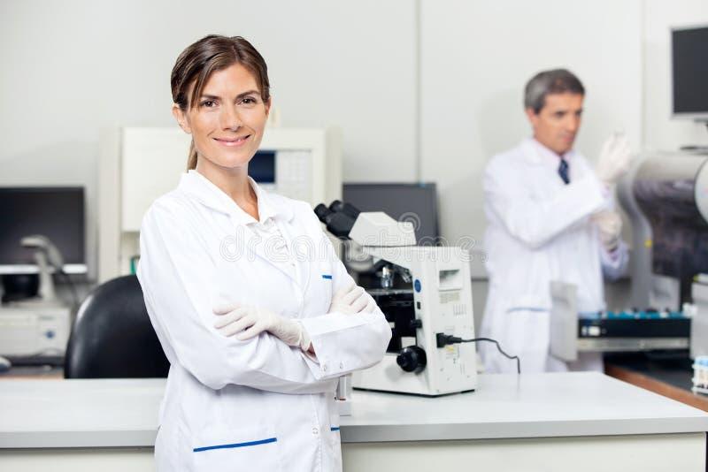 确信的女性科学家在实验室 免版税库存照片