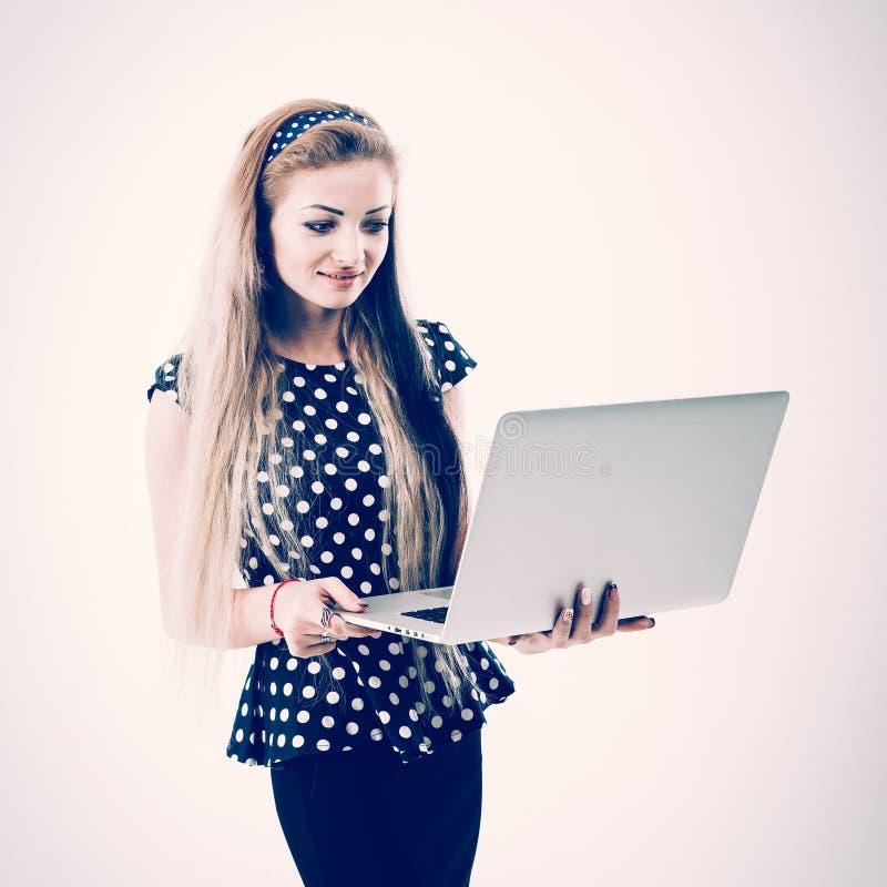 确信的女性管理员画象有一台开放膝上型计算机的o 库存照片