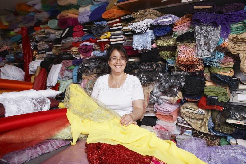确信的女性织品店主画象  免版税图库摄影