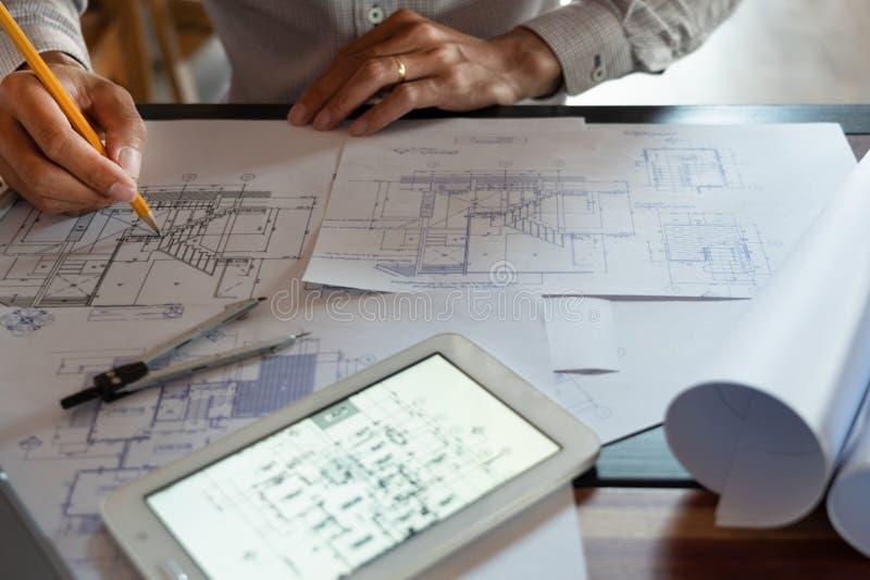 确信的工程师队与与建筑师设备谈论的和计划的工作流程工程项目的方案一起使用 免版税图库摄影