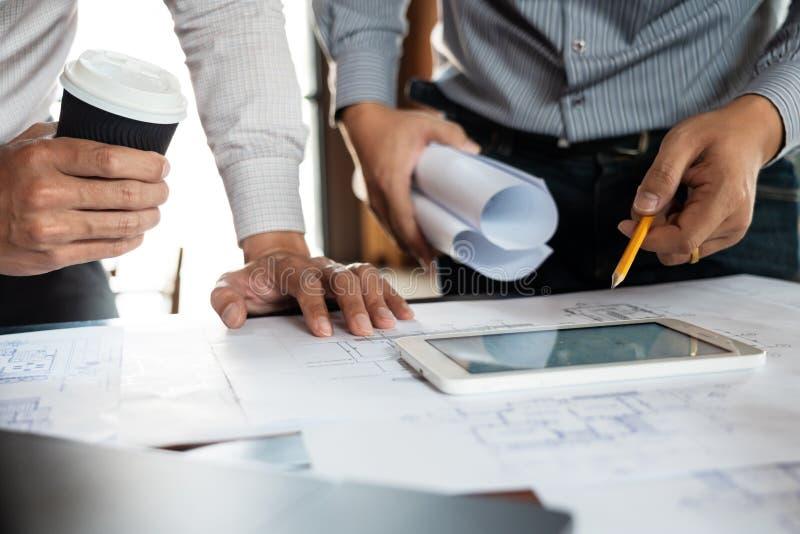 确信的工程师队与与建筑师设备谈论的和计划的工作流程工程项目的方案一起使用 免版税库存照片