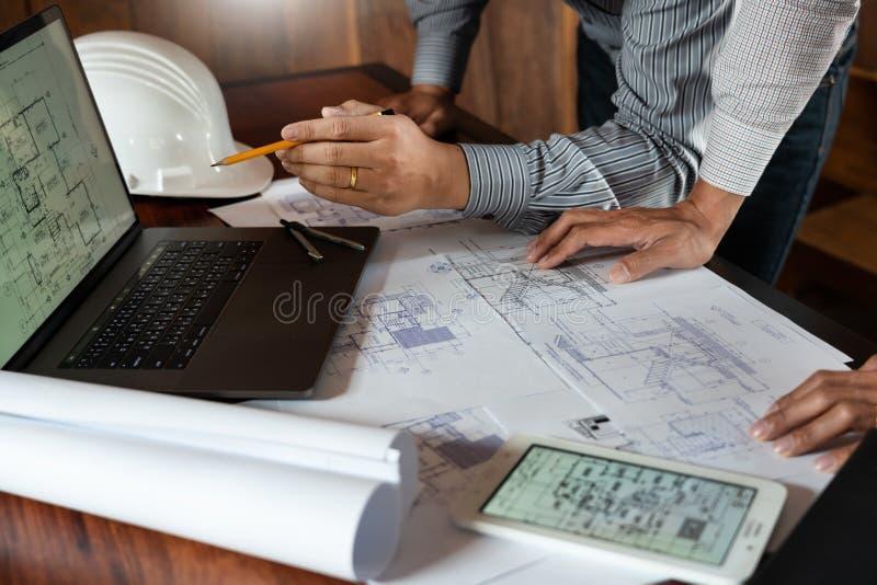 确信的工程师队与与建筑师设备谈论的和计划的工作流程工程项目的方案一起使用 图库摄影
