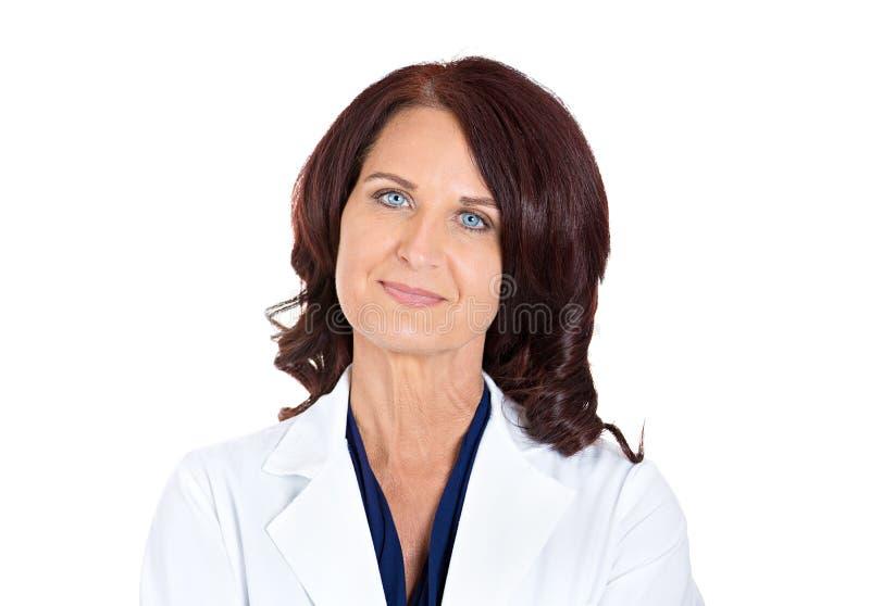 确信的愉快的微笑的女性医生药剂师 免版税库存照片