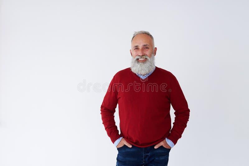 确信的有胡子的成熟人用在看加州的口袋的手 库存照片