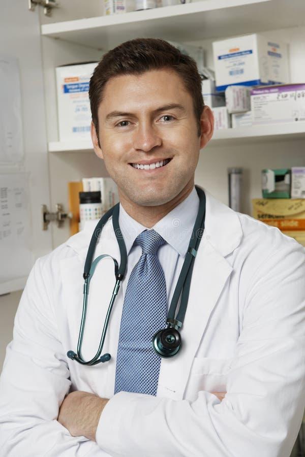 确信的男性医生Smiling 免版税库存图片
