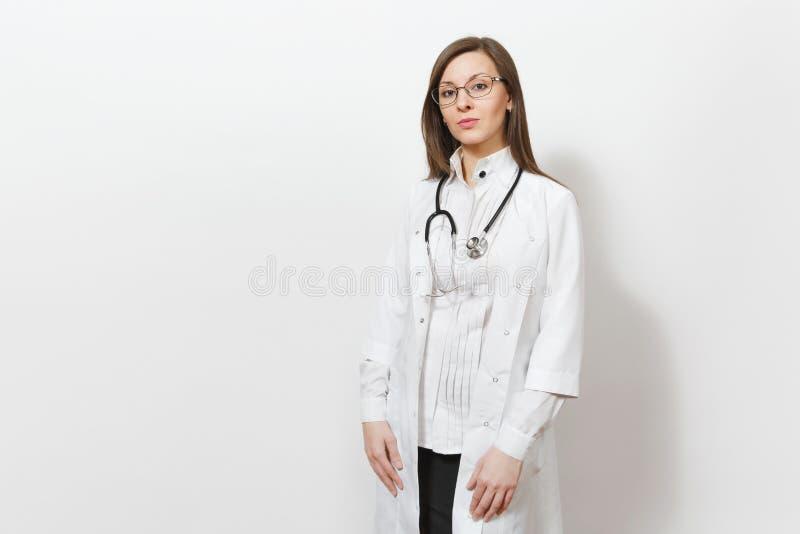 确信的美丽的年轻医生妇女画象有听诊器的,在白色背景隔绝的玻璃 女性医生 免版税库存照片