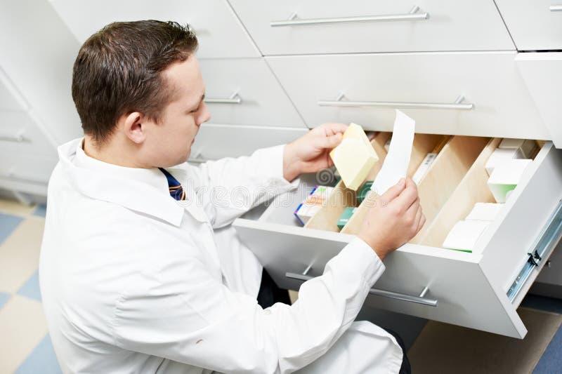 确信的药房化学家人在药房 库存照片