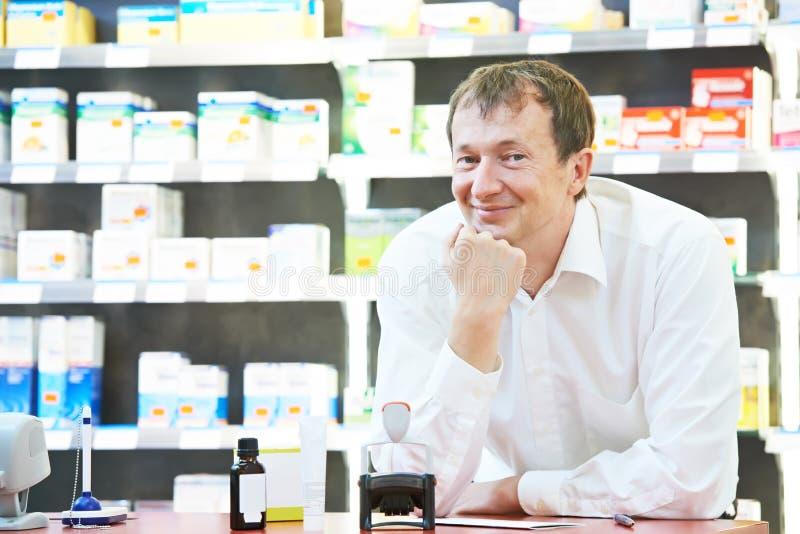 确信的药房化学家人在药房 免版税库存照片