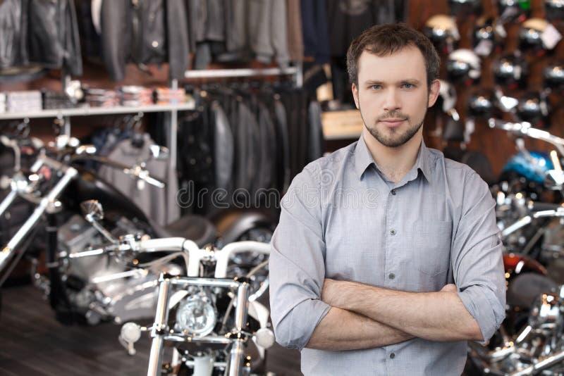 确信的销售主管。站立在前面的确信的年轻人 免版税图库摄影