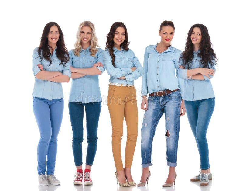 确信的队五名聪明偶然妇女站立 图库摄影